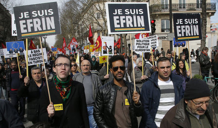 »Ich bin Afrin« – Kurdische Demonstranten in Paris fordern ein E...