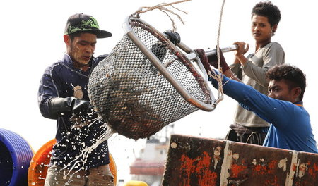 Myanmar_fishermen_in_48717591.jpg