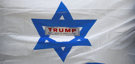 Israel-Flagge mit Trump-Sticker auf einer Demonstration (New Yor...