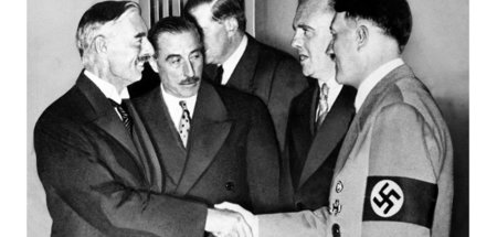 »Peace for our time«. Der britische Premier Neville Chamberlain ...