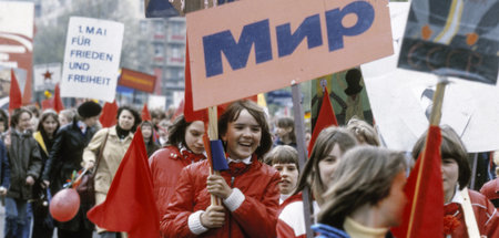Demonstration am 1. Mai 1982 in Berlin, Hauptstadt der DDR. Das ...
