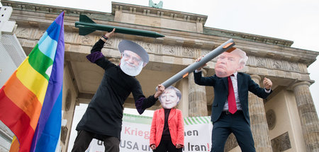Antikriegsdemonstration vor dem Brandenburger Tor in Berlin (11....