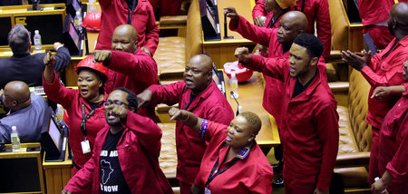 Leuchtend rote Opposition: Die Economic Freedom Fighters protest...