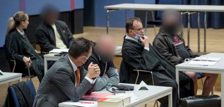 Personenkontrollen durchgeführt:Drei der sechs Angeklagten mit i