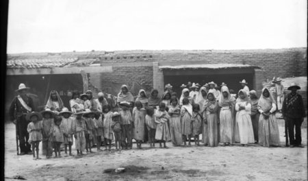 A_group_of_more_than_30_Yaqui_Indian_prisoners.jpg