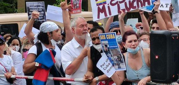 Markus Meckel vor der kubanischen Botschaft