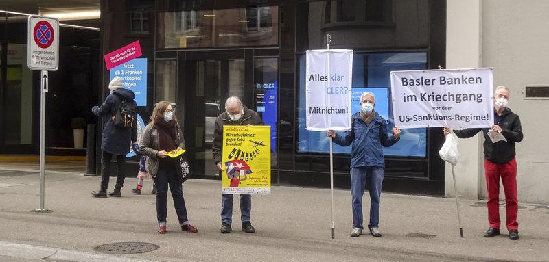Aktivisten protestieren vor der Bank Cler