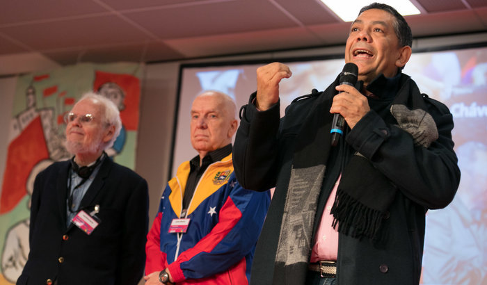 Luis Britto García, Carolus Wimmer und William Castillo auf der Konferenz. Foto: Christian Mang