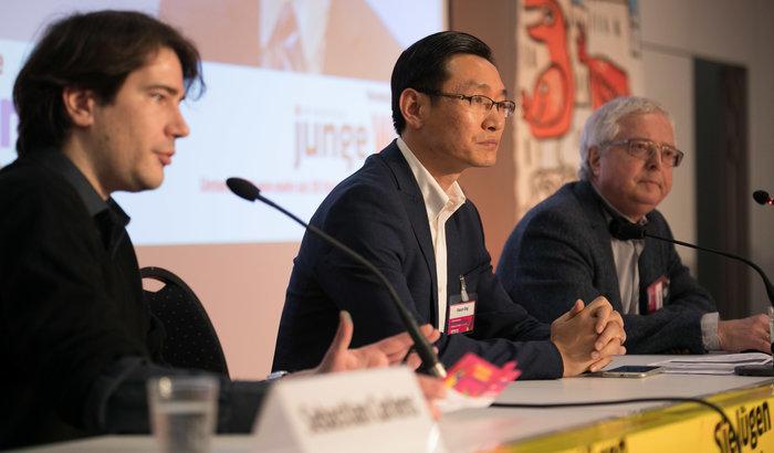 jW-Redakteur Sebastian Carlens, Ding Xiaoqin und der stellv. jW-Chefredakteur Arnold Schölzel. Foto: Christian Mang