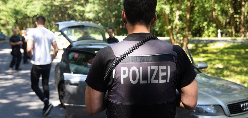 Schikanen kennen die Besucher der »Fusion«: Fahrzeugkontrolle nahe Lärz (27.6.2019). Foto: Christian Charisius/dpa