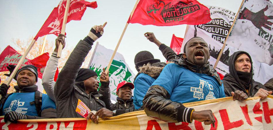 Einheit ist die Voraussetzung für den erfolgreichen Kampf der Lohnabhängigen gegen die herrschende Politik der Deregulierung und Kürzung – Protest von Geflüchteten für die Abschaffung der Residenzpflicht in Berlin (23.3.2013). Foto: Björn Kietzmann