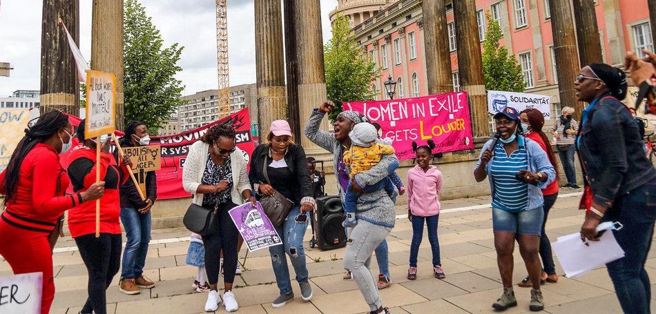 Frauen tanzen während der Kundgebung zum Auftakt der »Women in Exile«-Bustour gegen Lager und Rassismus